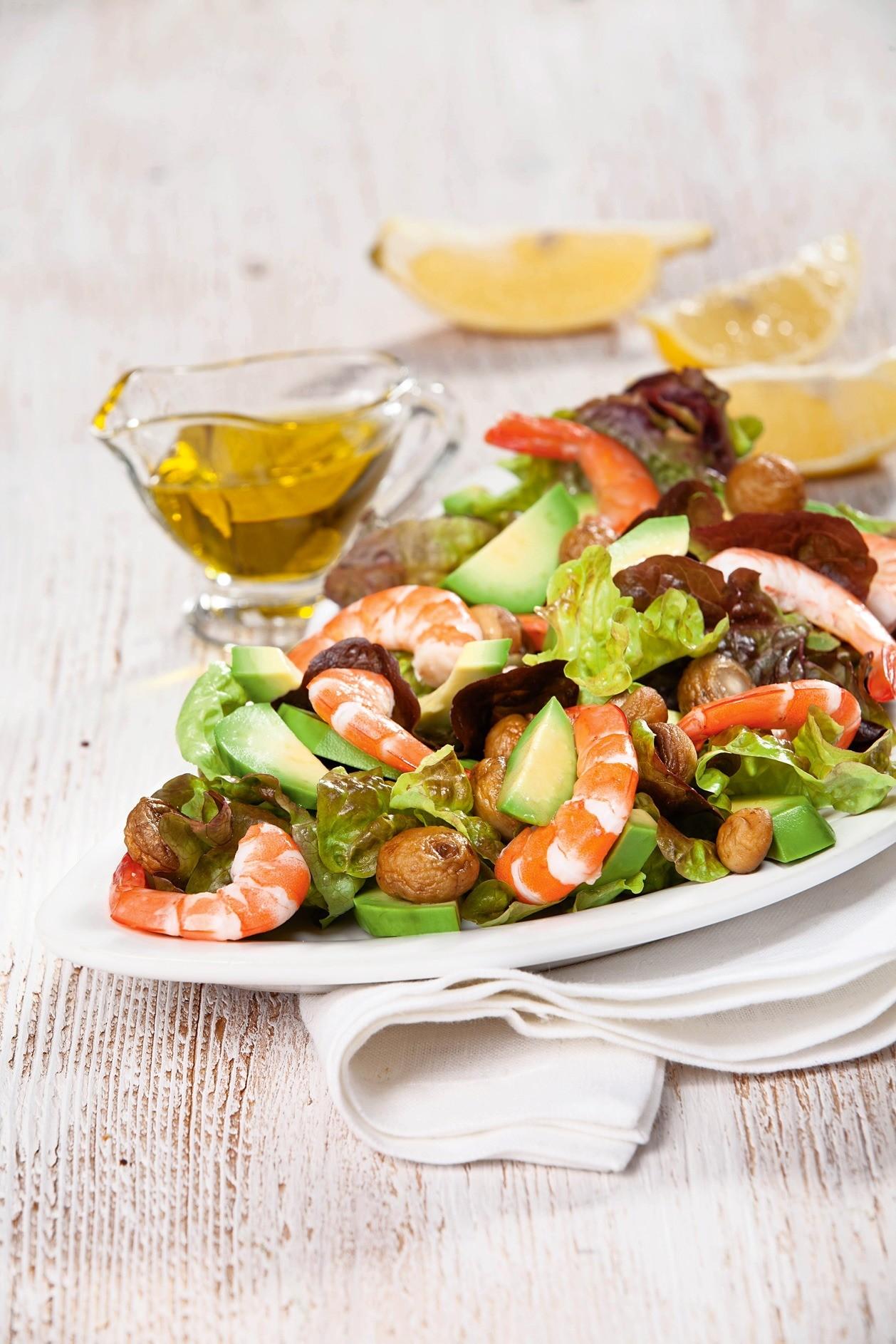 Ужин с пользой: рецепт салата с авокадо и креветками