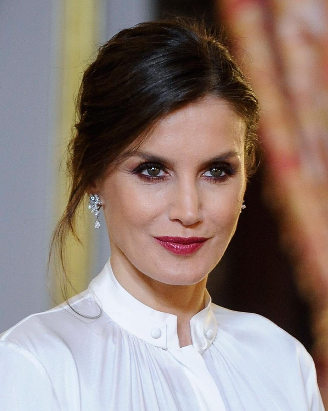 Предпочтения всегда отдает испанским дизайнерам ибрендам, но питает особую слабость ктвидовым костюмам Chanel. Назаре своей королевской «карьеры» быстро поняла, что черезгардероб можн...
