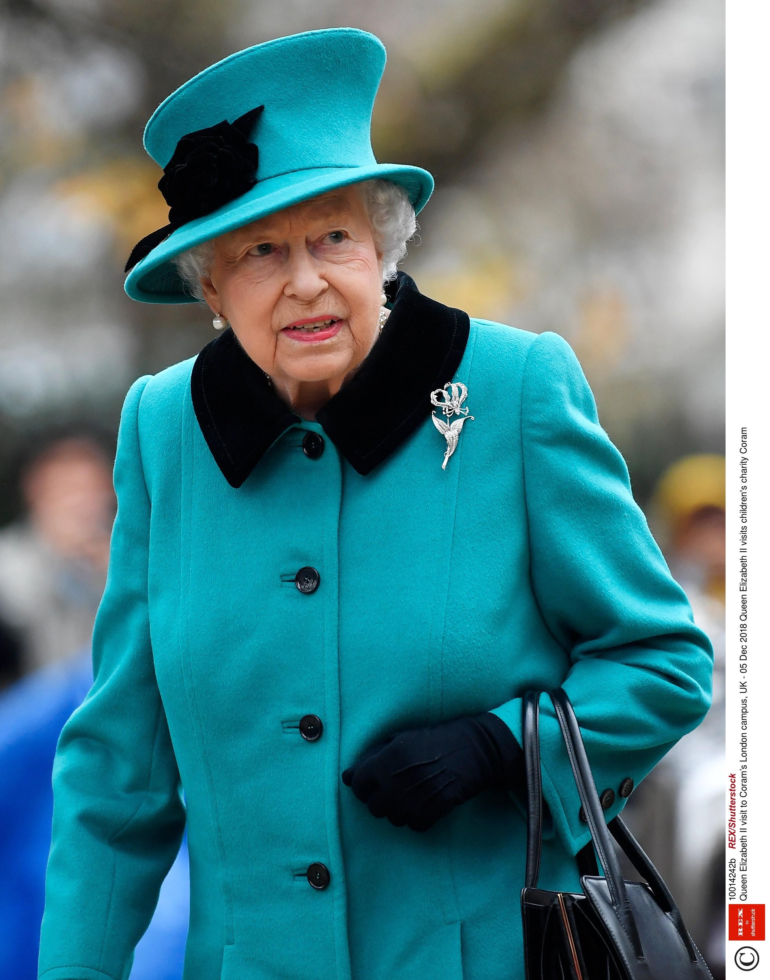 В XIV веке британским королевством правил король Эдуард III - именно он запретил монаршим особам носить шубы из натурального меха. Чем ему так не угодила эта верхняя одежда, неизвестно, н...