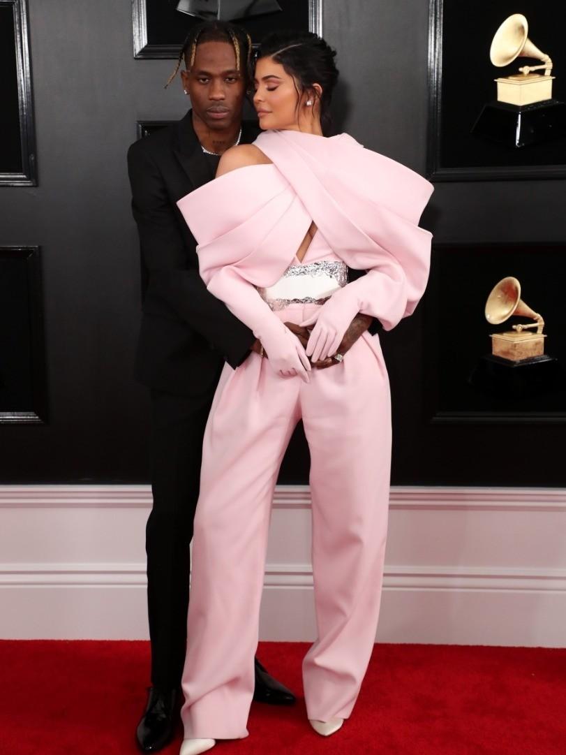 Другой парный выход был у Кайли Дженнер (21) и Трэвиса Скотта (26). Сестра Ким Кардашьян блистала не в платье, а в нежно-розовом комбинезоне со сверкающим белым поясомBalmain Couture. Из...