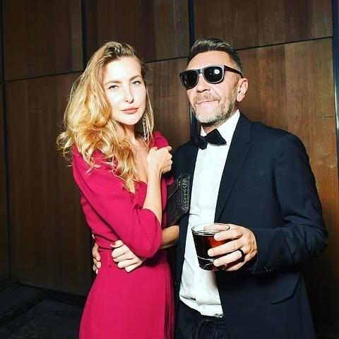 Что касается нынешней супруги артиста, 28-летней Ольги Абрамовой, то она по‑настоящему сражена харизмой Шнурова, его«хулиганством» вхорошем смысле. Именно такие, как Сергей, привлекают...
