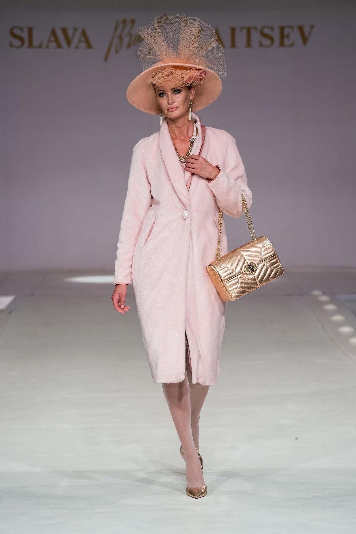 Этот look необходимо подкорректировать: выбирай жакет счетко нарисованным плечевым поясом, юбку – длиной чуть выше колен; белую рубашку дополни жилетом изтонкой шерстяной пряжи изумрудн...