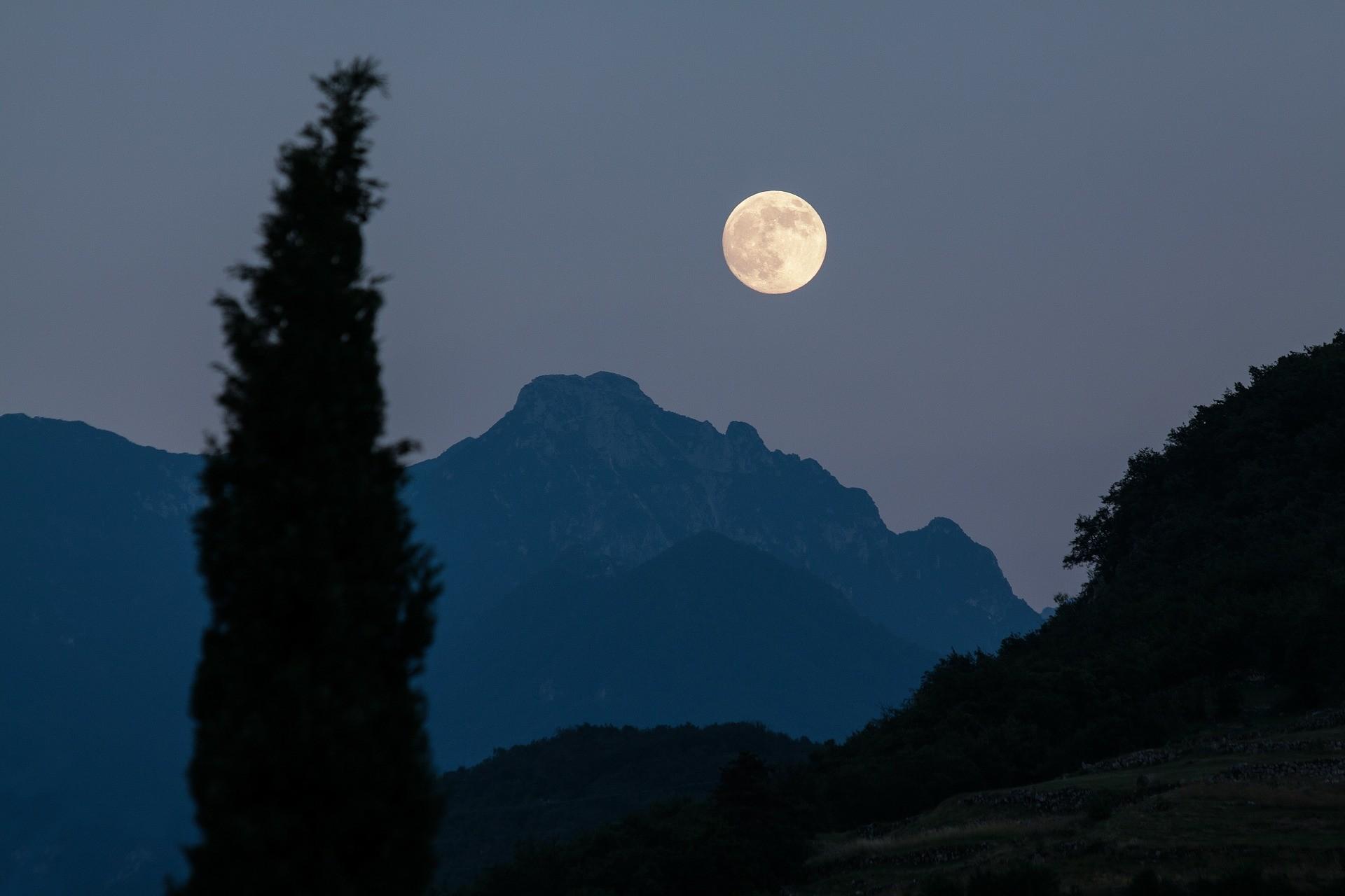 Ритуалы в полнолуние: на любовь и богатство