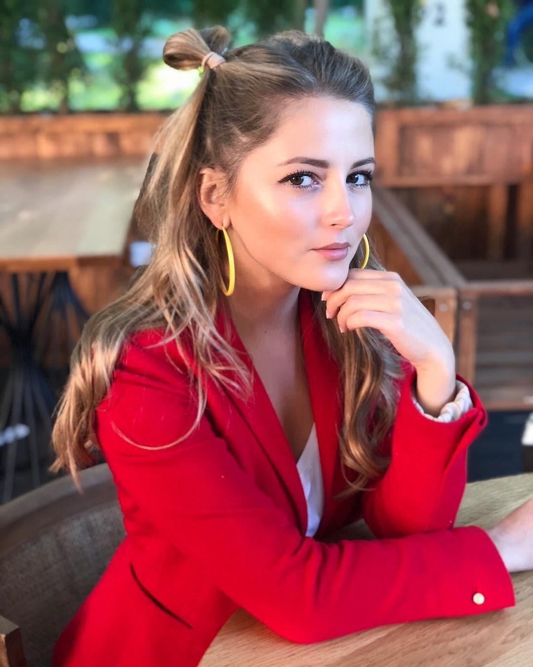 Актриса Анна Михайловская довольно часто исполняет роли молоденьких девушек, которым едва исполнилось 18.Похоже, ейповезло быть обладательницей так называемого «беби-фейс»: круглый овал...