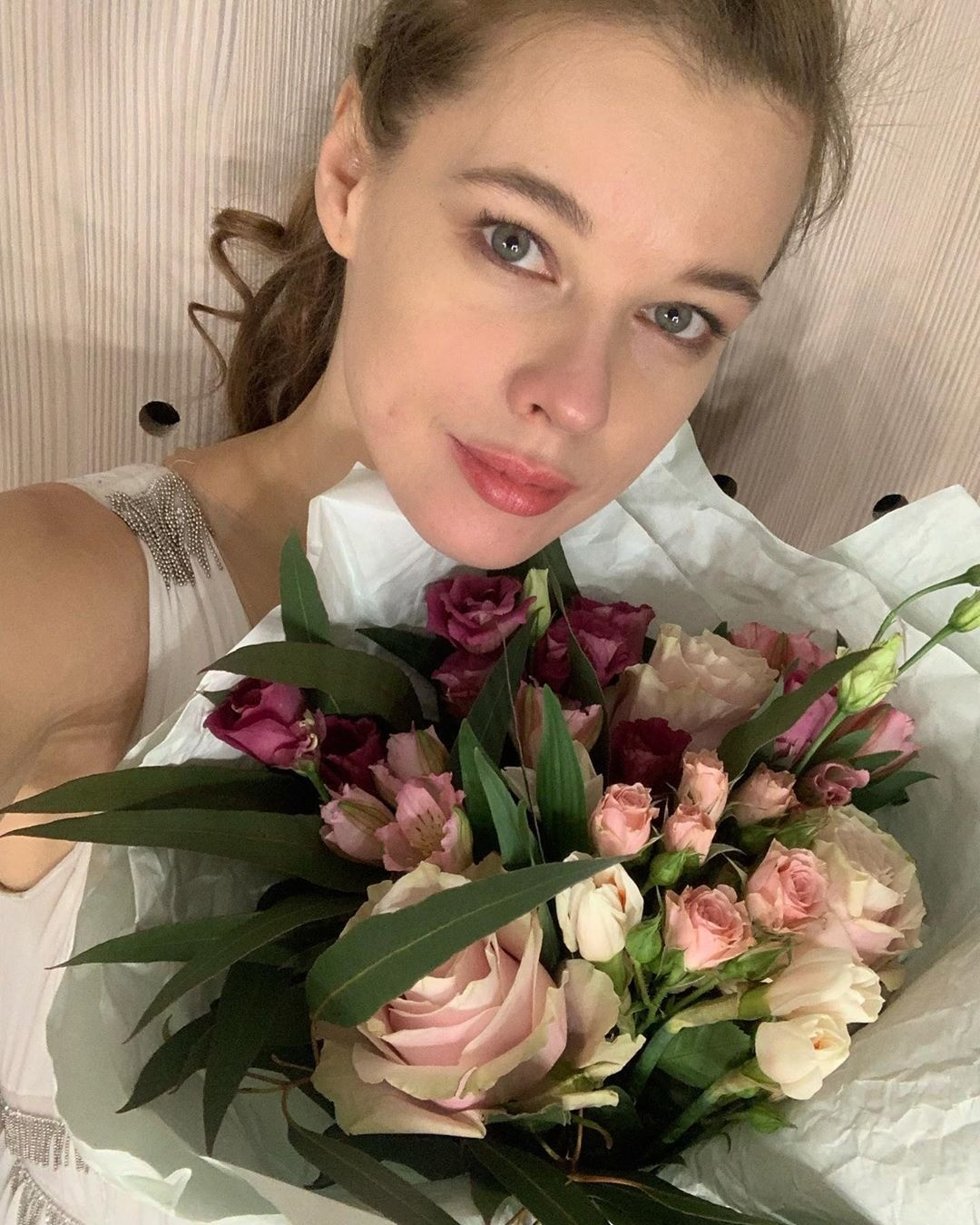 Кажется, что сгодами актриса Екатерина Шпица только молодеет. Миниатюрность имиловидность внешности просто непозволяют ей выглядеть насвой настоящий возраст.