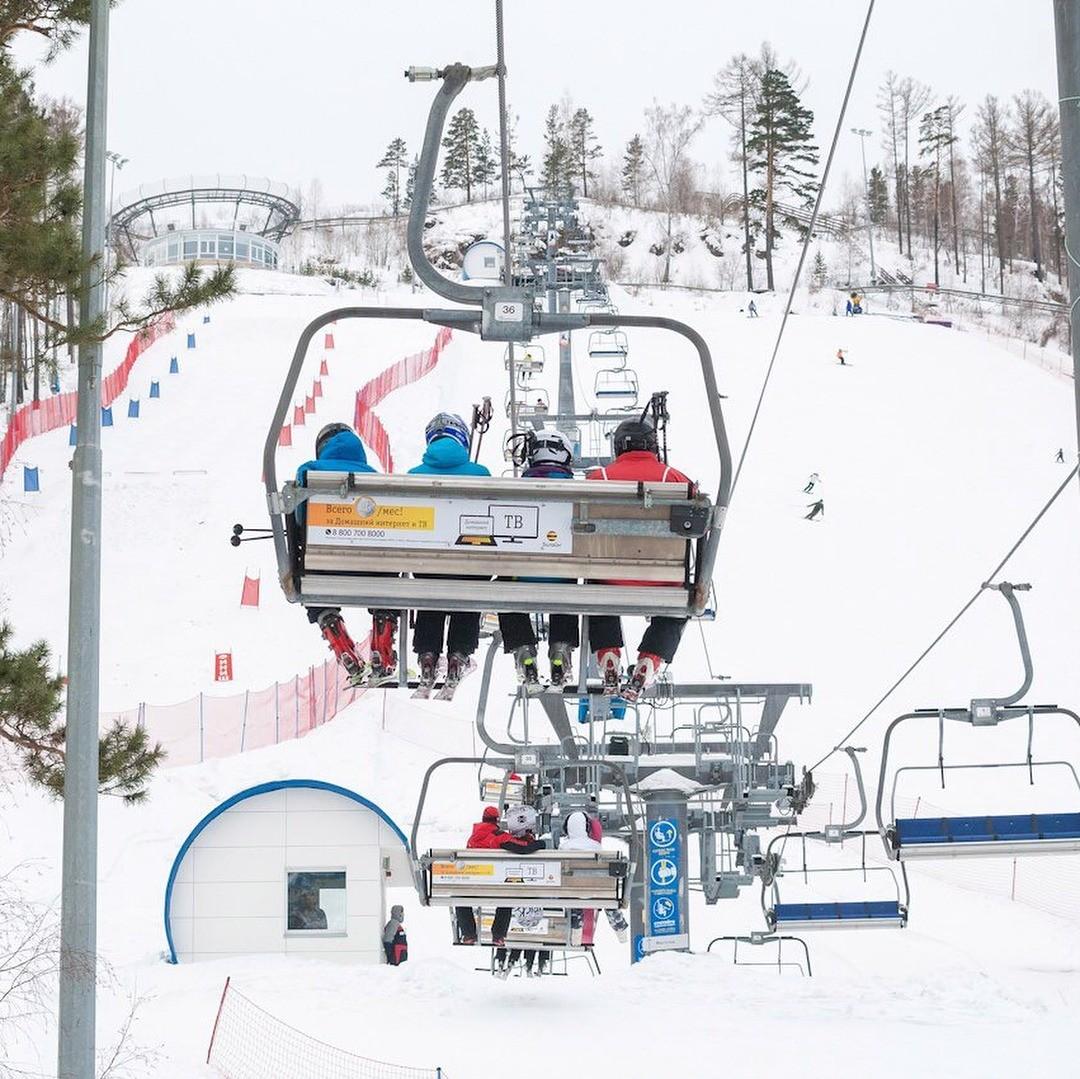 Зимой здесь открыт горнолыжный курорт с14 хорошими трассами. 5 изних – дляпродвинутых горнолыжников исноубордистов. Но дляновичков есть комфортный  учебный склон. Местная фишка – рес...