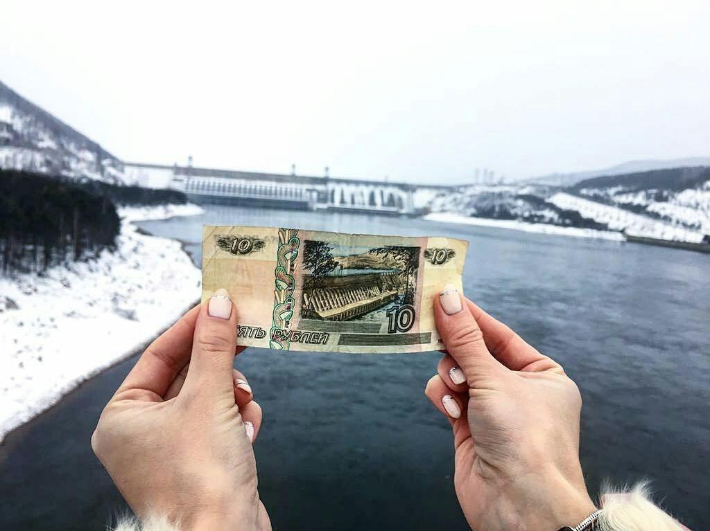 А это уже чудо, сотворенное руками человека. Красноярская ГЭС - вторая помощности встране, поэтому она тоже изображена сдругой стороны купюры. Но, увы, ГЭС – объект режимный, внутрь по...