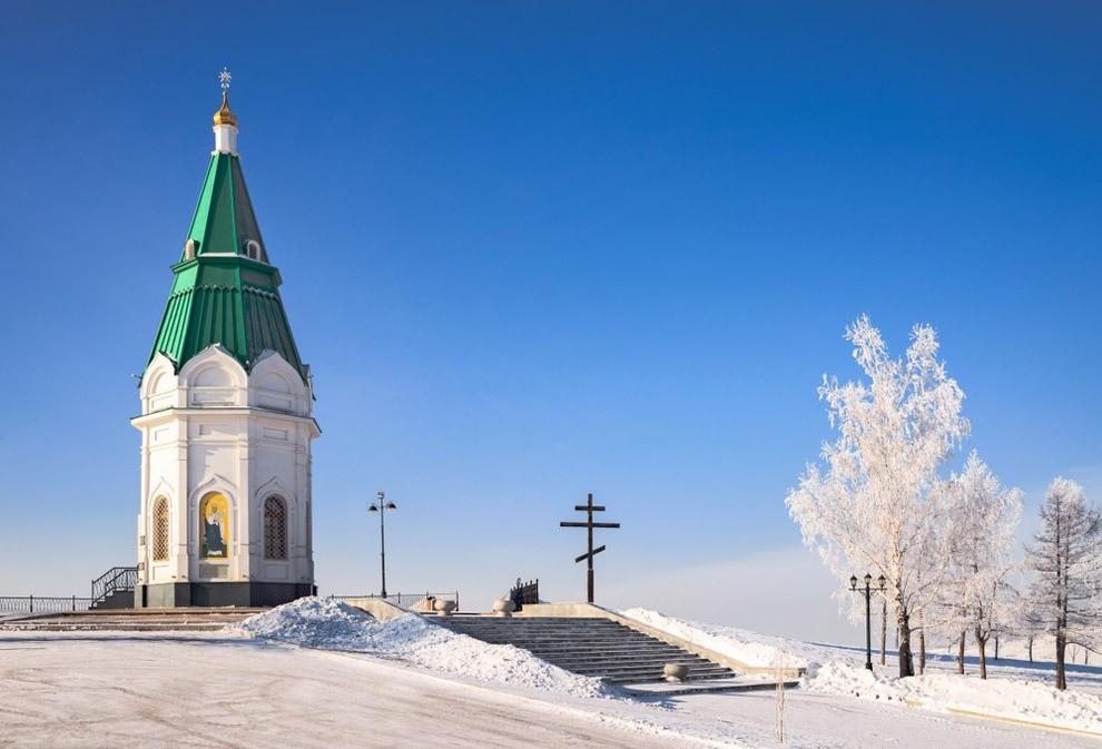 Часовня стоит насамой высокой точке города. Поэтому казаки установили здесь дозорную вышку вXVII веке, игору стали называть караульной.  Сегодня здесь находится смотровая площадка сши...