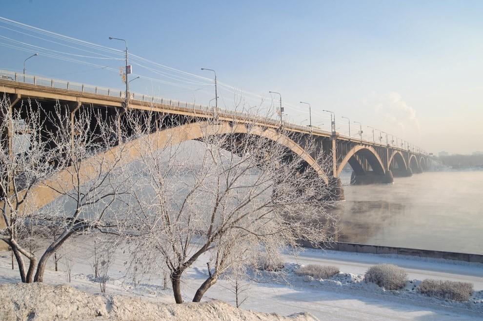 Тоже увековечен надесятирублевой купюре. Всвое время считался чудом инженерной мысли. Хотя немногие знают, что его предшественник, Царский мост, был еще красивее! НаВсемирной выставке...