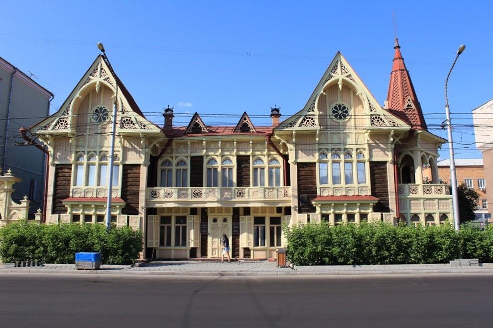 Ты его точно непройдешь мимо. Это здание одно изсамых красивых вКрасноярске, хотя больше напоминает сказочный деревянный теремок сбашенками ирезными элементами. Внутри готические вит...