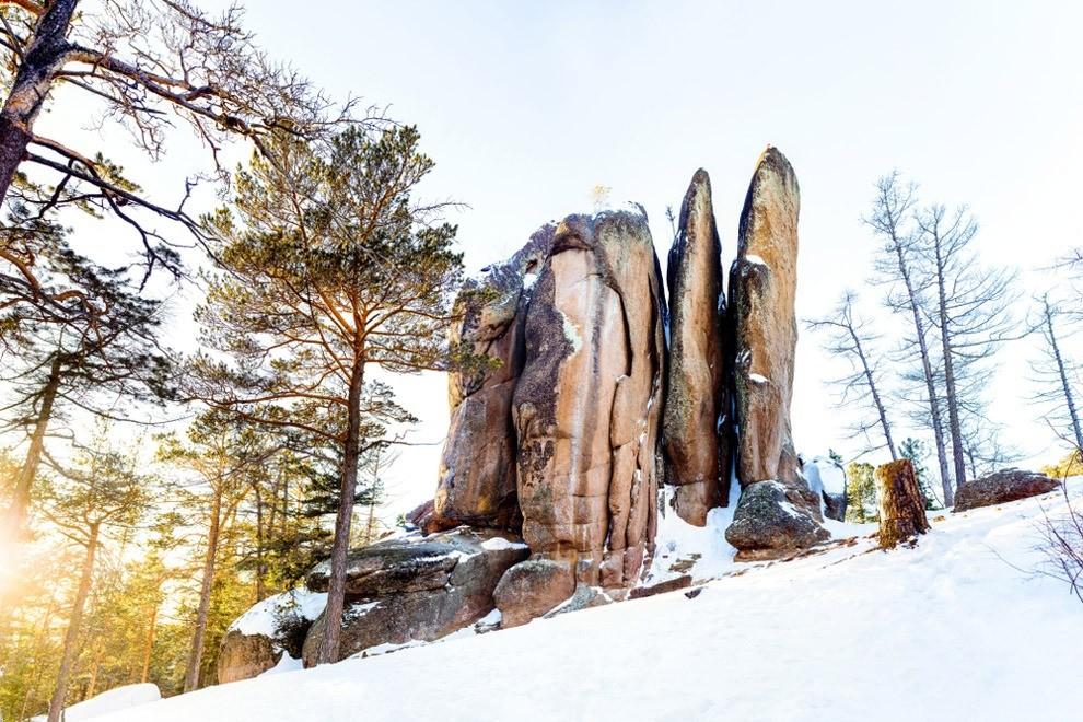 Все тот же Чехов называл окружающие Красноярск горы «дымчатыми имечтательными». Это он оСтолбах – одном изсамых удивительных природных чудес России. 20 минут езды отгорода – иты ока...
