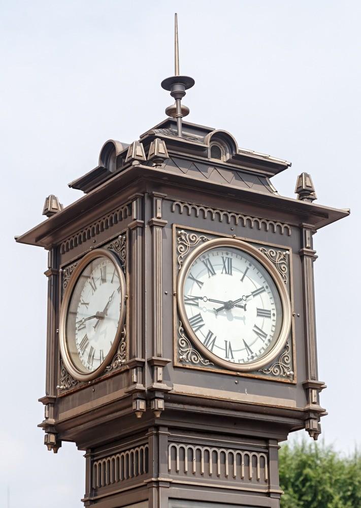 Внутри циферблата спрятаны песочные часы, которые переворачиваются каждые 15 минут. Причем тут тогда пар? Онаступлении нового часа возвещают свист ипар, появляющийся изходиков. А рядо...