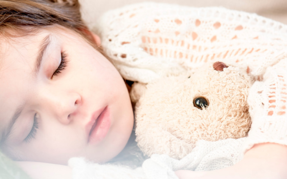 15 правильных вопросов, которые важно задавать ребенку перед сном
