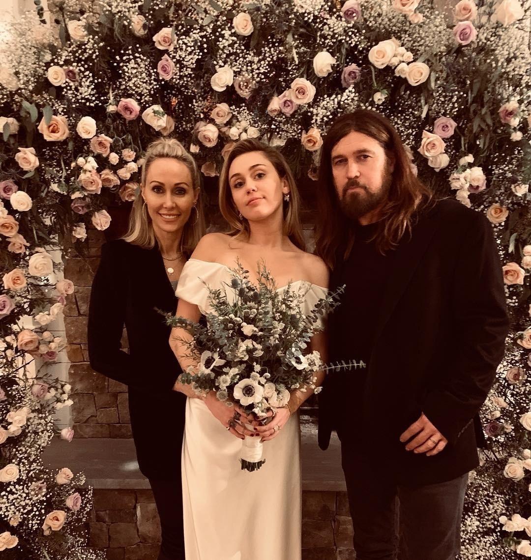 Майли Сайрус впервые показала фотографии со свадьбы