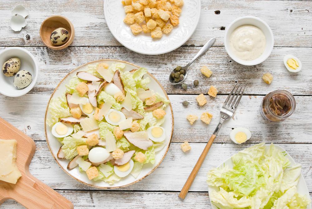 Салаты с сухариками и колбасой: 8 оригинальных рецептов