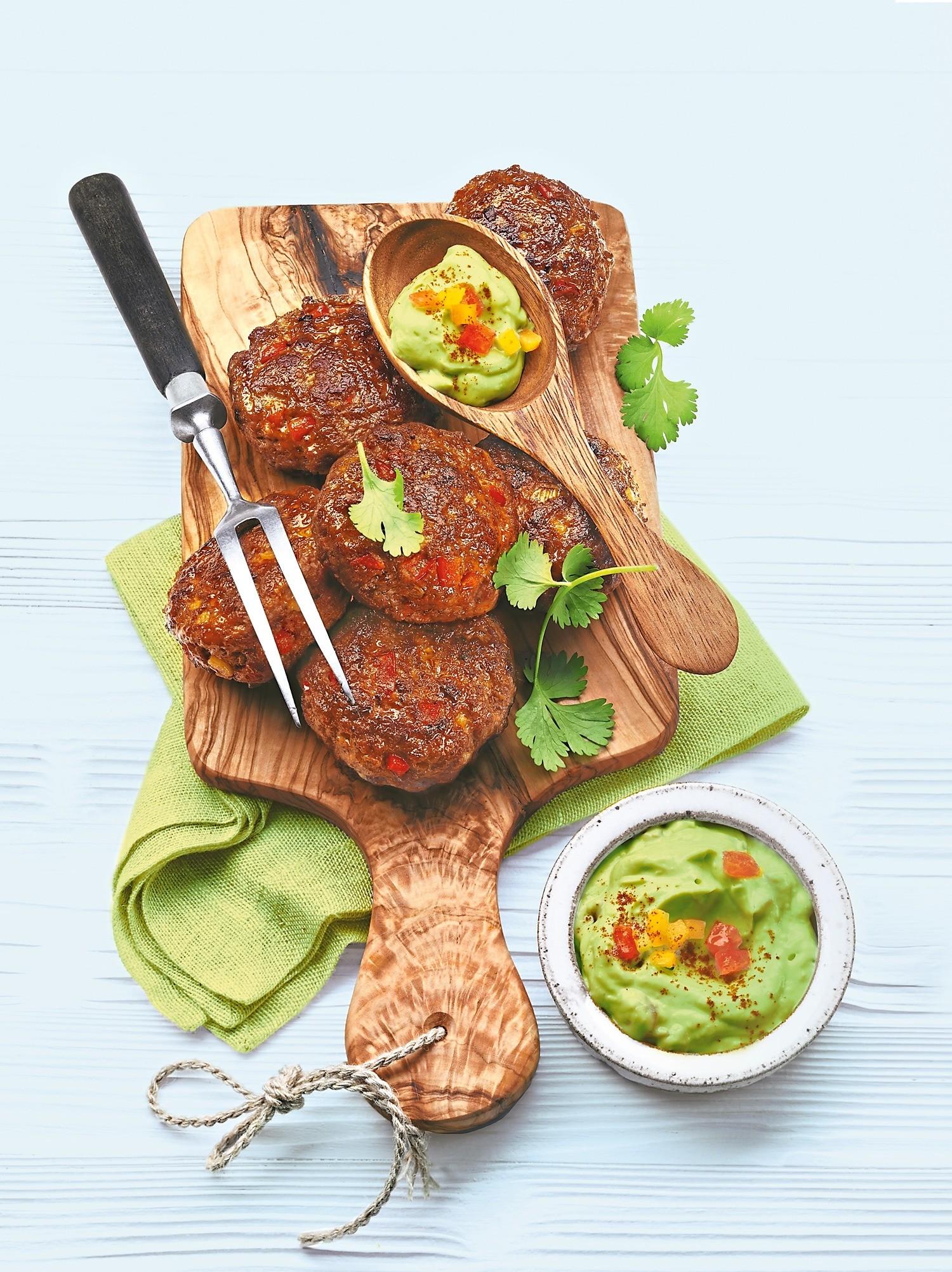 Новая жизнь обычного блюда: рецепт тефтелей с соусом из авокадо