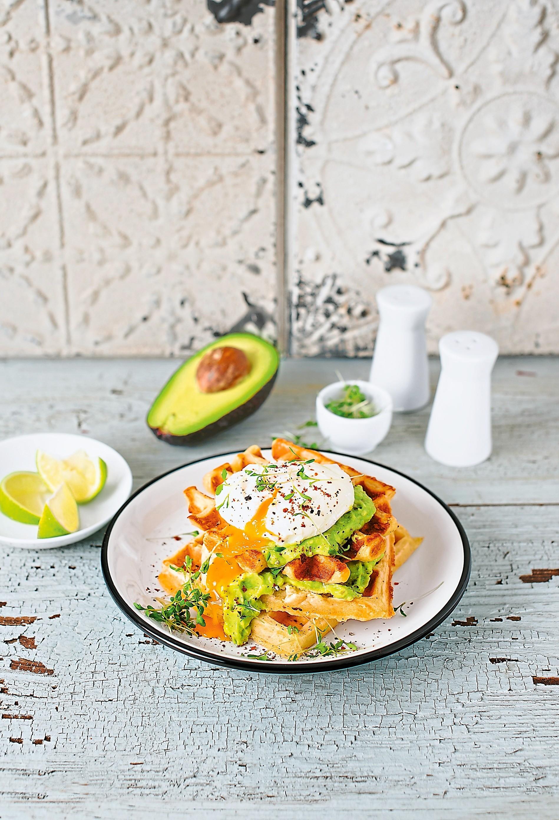 Вместо ужина: рецепт сырных вафлей с яйцами пашот
