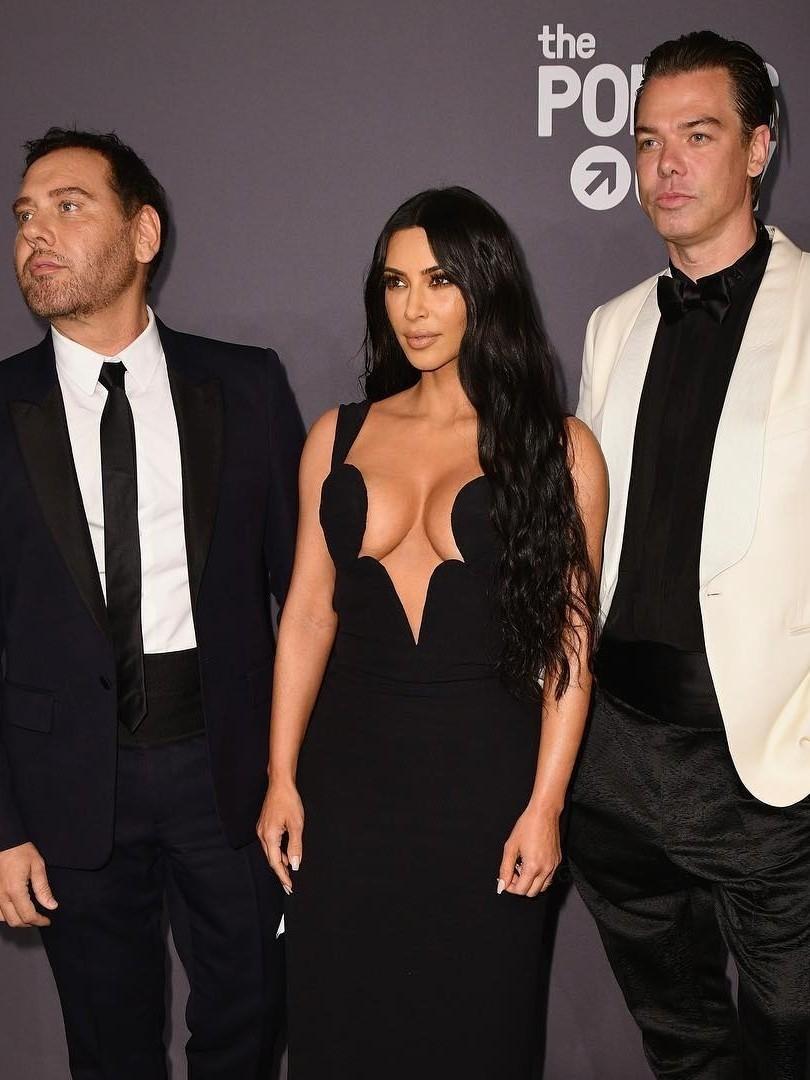 В начале февраля Кардашьян почтила своим присутствием вечер amfAR, открывший Неделю моды вНью-Йорке. Звезда Instagram выбрала винтажный облегающий наряд Versace сглубоким фигурным вырез...