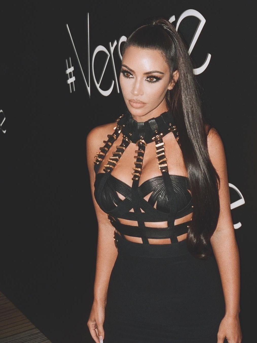 После прошлогоднего бала Института костюма Ким зажгла наафтепати вчерном бандажном платье Versace скорсетом имассивной золотой фурнитурой. Впохожем наряде Донателла Версаче появилась...