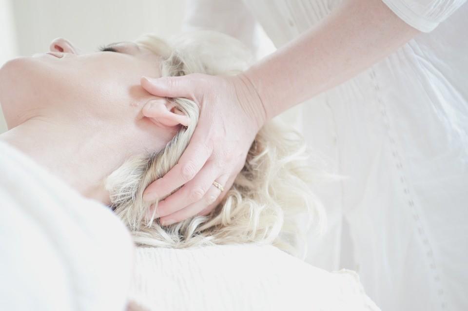 Омоложение без хирургии: миофасциальный массаж лица и техника его выполнения