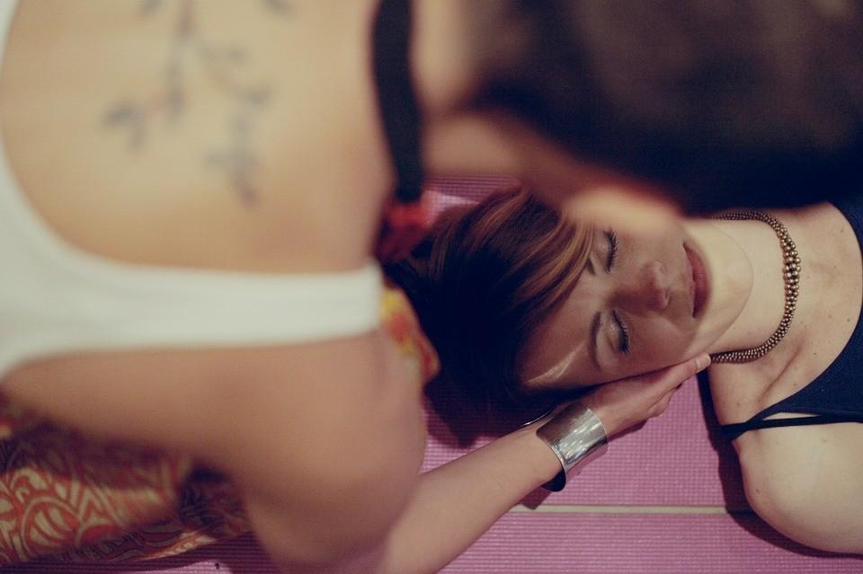 Омоложение в домашних условиях: скульптурно-буккальный массаж лица
