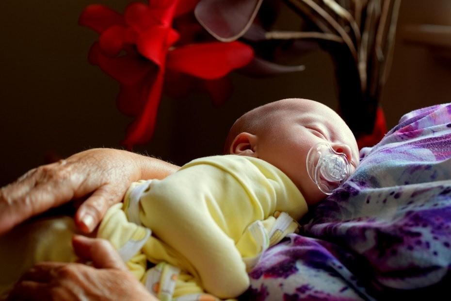 Как правильно держать малыша