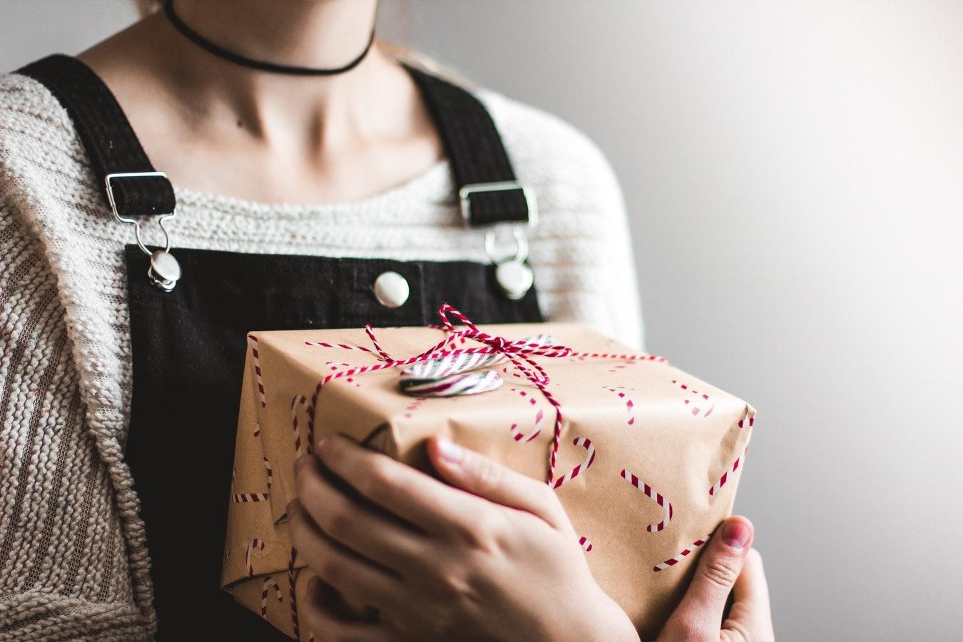 Это лучше не дарить: мужчины рассказали о самых нелепых подарках на 23 февраля
