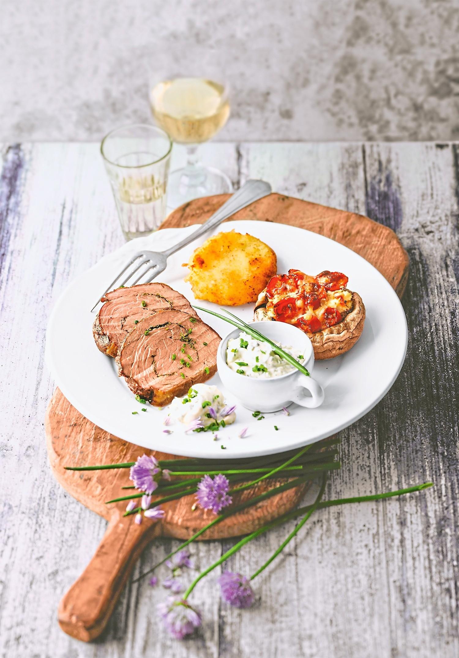 Изысканный ужин: рецепт рулета из телятины с запеченными шампиньонами