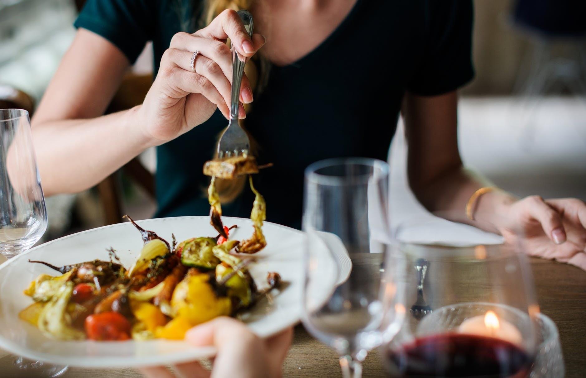 Почему нельзя переедать во время ужина? Объясняет диетолог