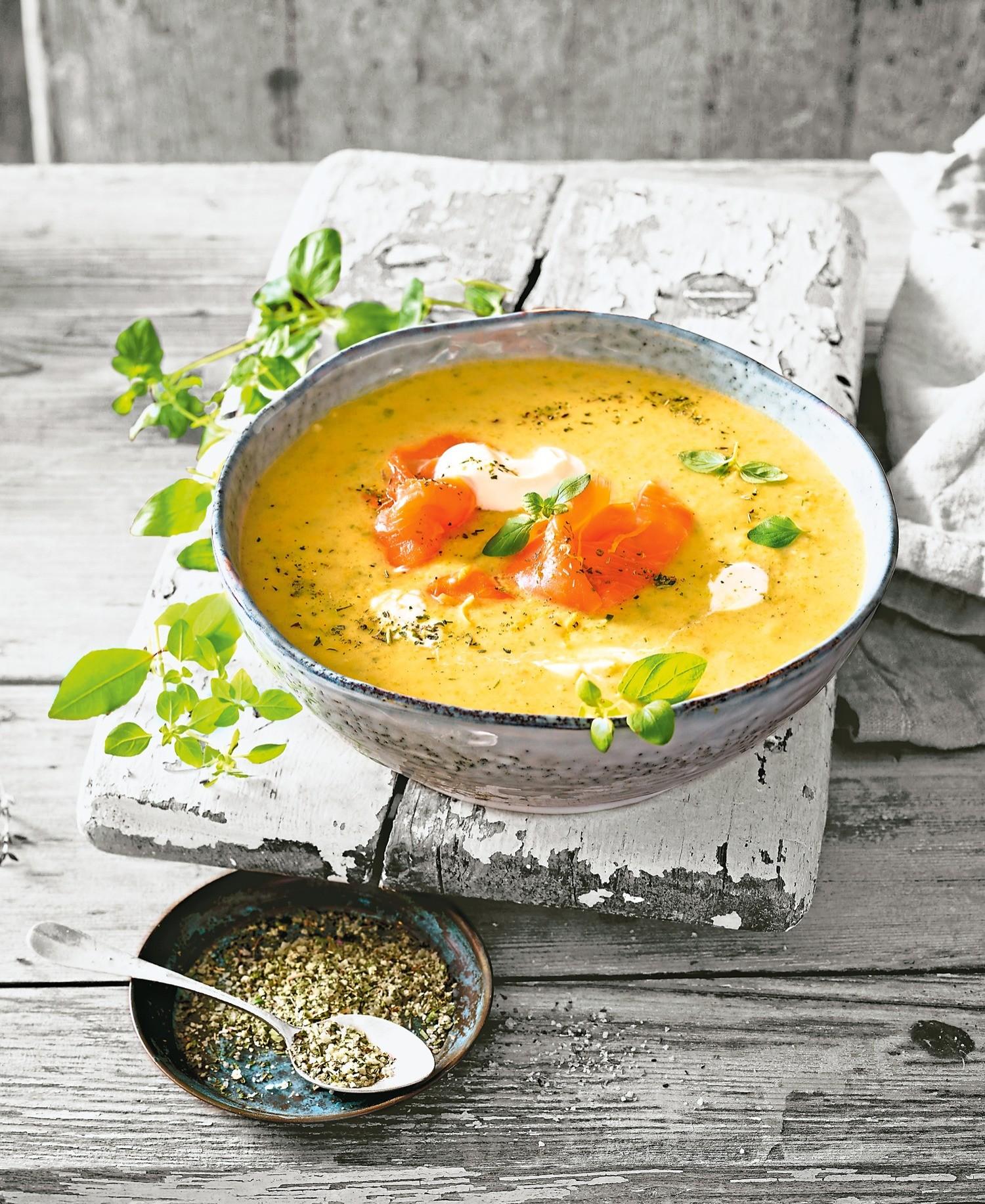 Полезный обед: рецепт крем-супа с сельдереем и лососем