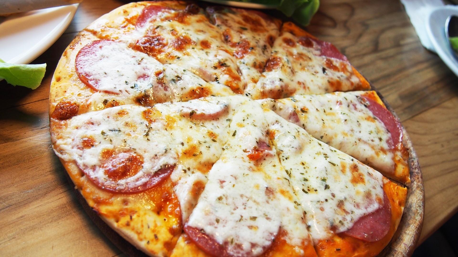 1 кусочек пиццы ссалями.