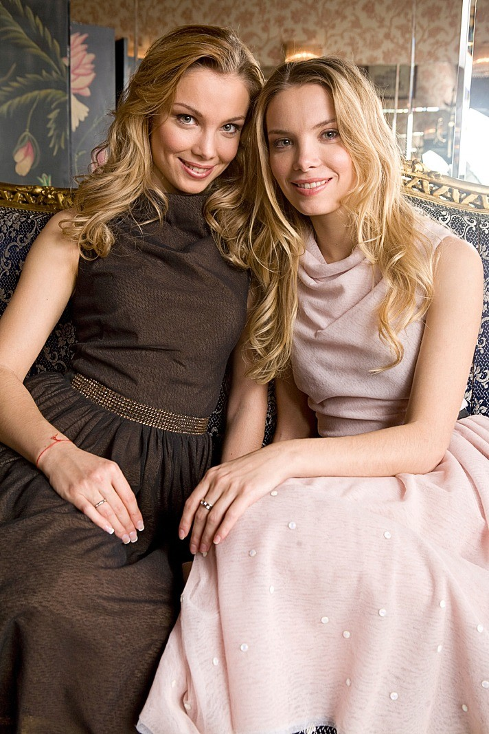 Удивительно похожие внешне сестренки лишний раз подтверждают: близнецы — совершенно разные люди. «Я разум, а Таня — чувства, — говорит Ольга. — То есть, я более серьезная, рассудительная...