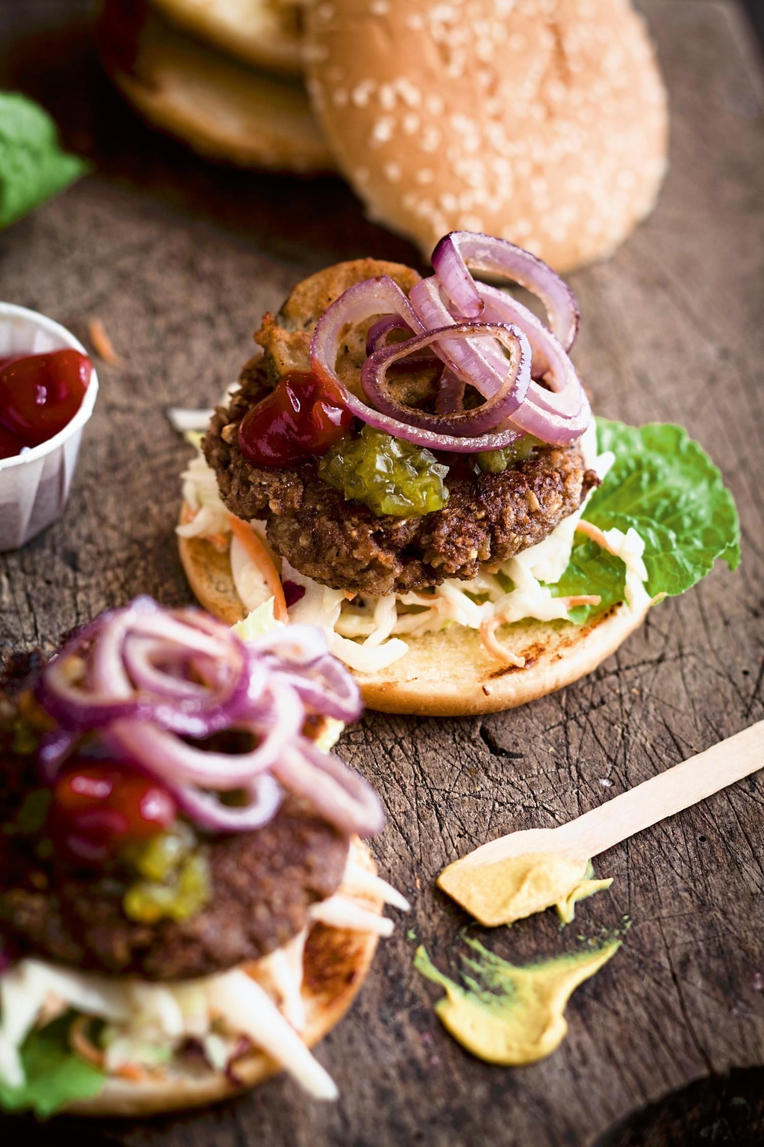Полезный фастфуд: рецепт бургеров из нута с луком