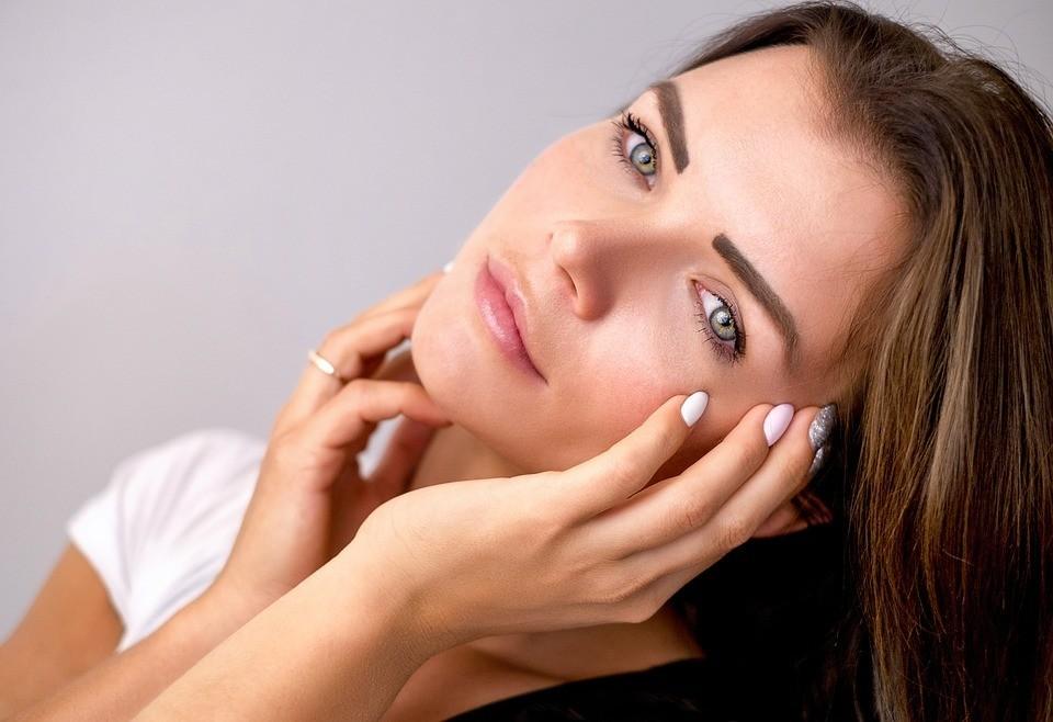 Боремся с признаками старения: касторовое масло для лица от морщин