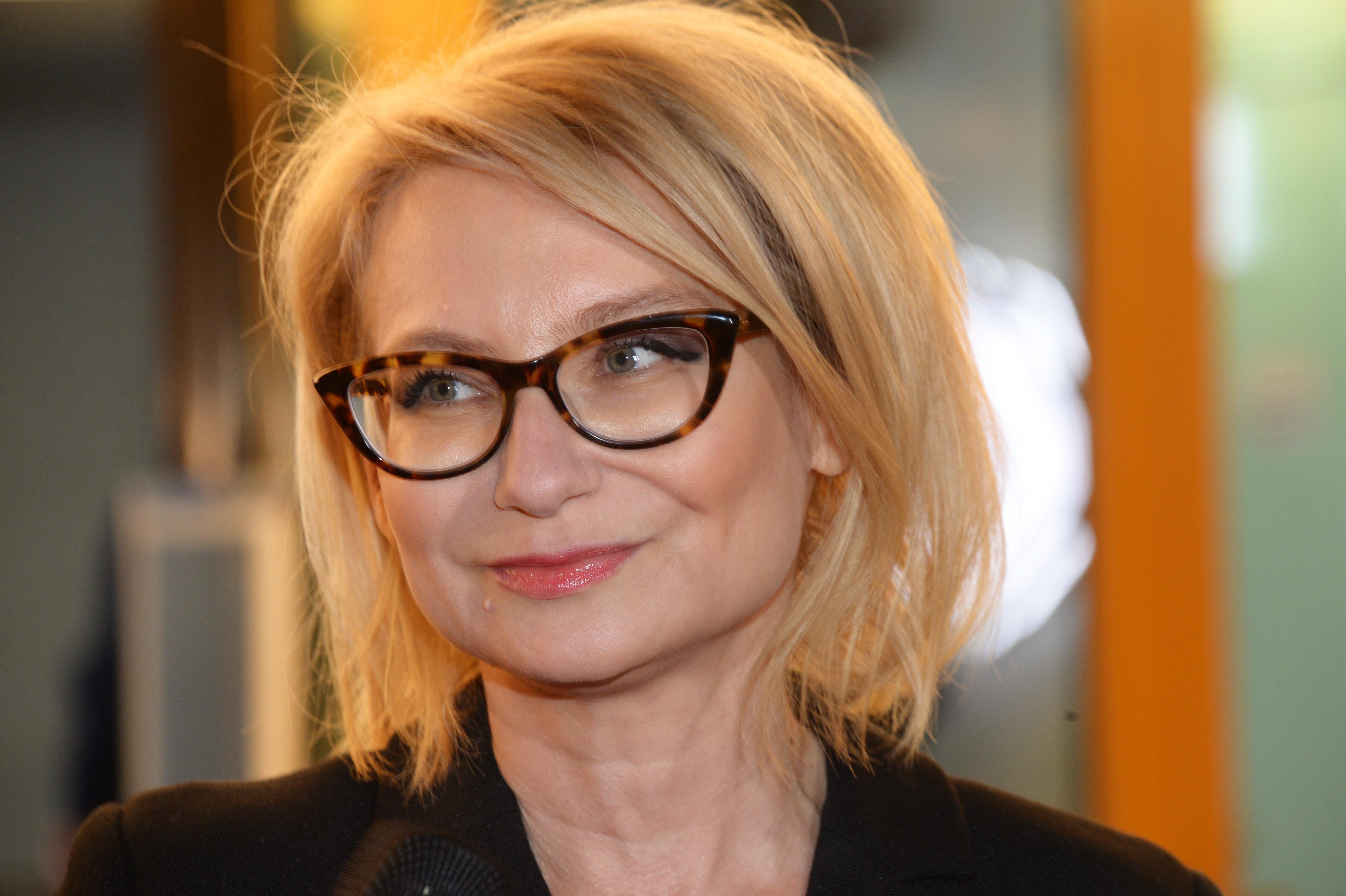Правила стиля Эвелины Хромченко: строгие линии, «игривые» очки и высокие каблуки