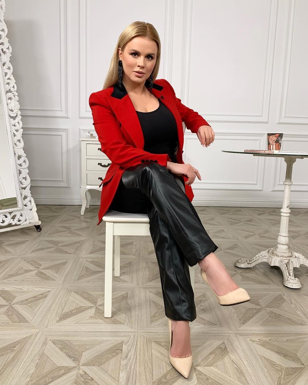 Анна Семенович опубликовала фото с подстриженной челкой