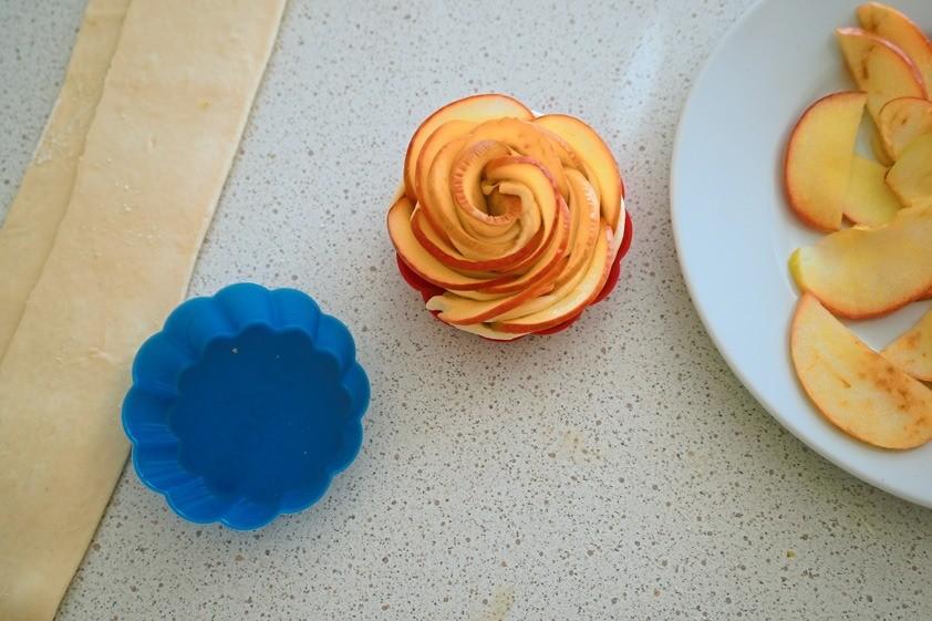 Выпекай розочки в разогретой до 200°С духовке примерно 30 минут. Присыпь остывшие розы сахарной пудрой, укрась веточками мяты.