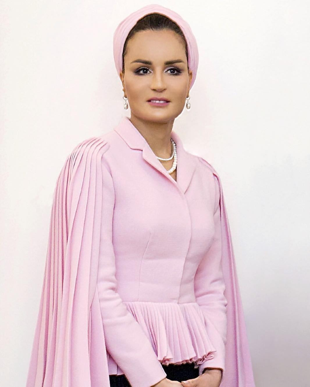 Гранд-дама нашего списка. Мать нынешнего эмира Катара. Входит всписок самых известных женщин-миллионеров мира. Всвои 60 лет шейха выглядит так, что ей можно только позавидовать: осиная...