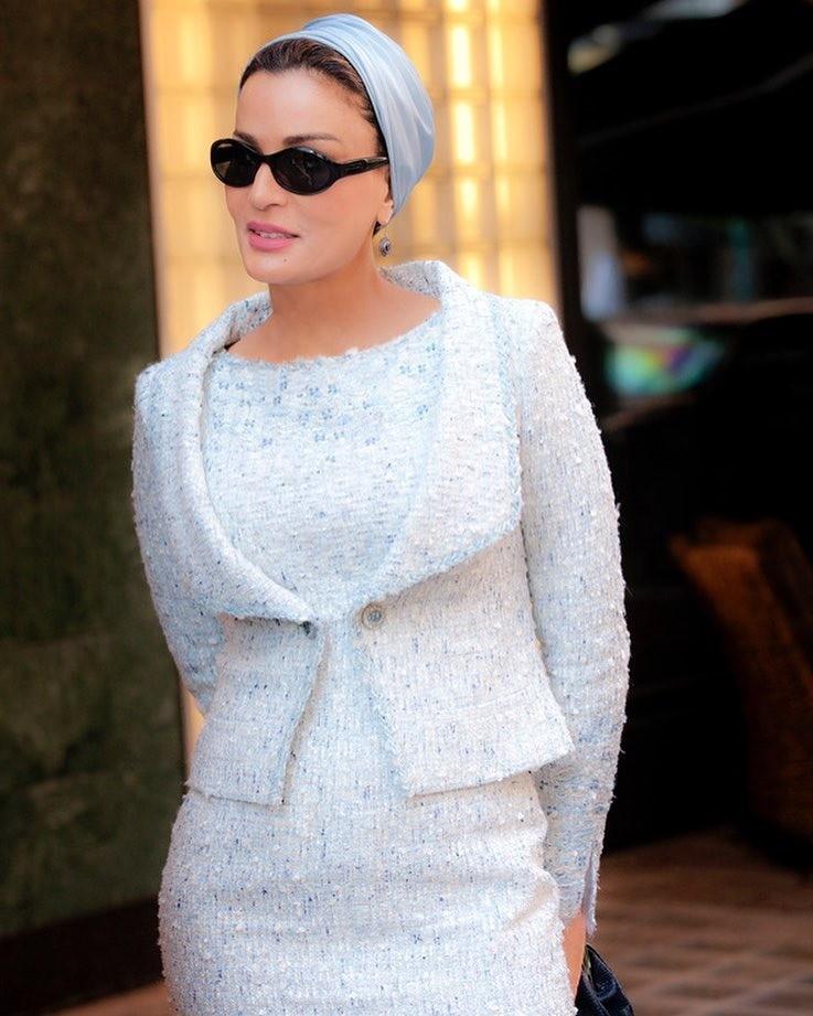 Она долго искала компромисс между строгими традициями Востока ижеланием идти вногу со временем. Дама никогда непоявляется напублике снепокрытой головой, но вместо хиджаба носит тюрба...