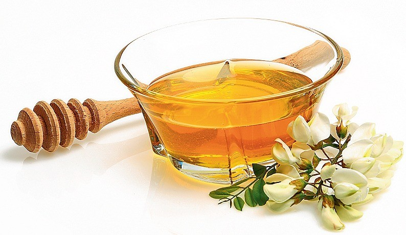 Не стоит покупать для теста гречишный и акациевый мед: коржи могут горчить. Мед должен быть жидким, чтобы тесто получилось однородным по структуре, поэтому засахарившийся мед лучше растоп...