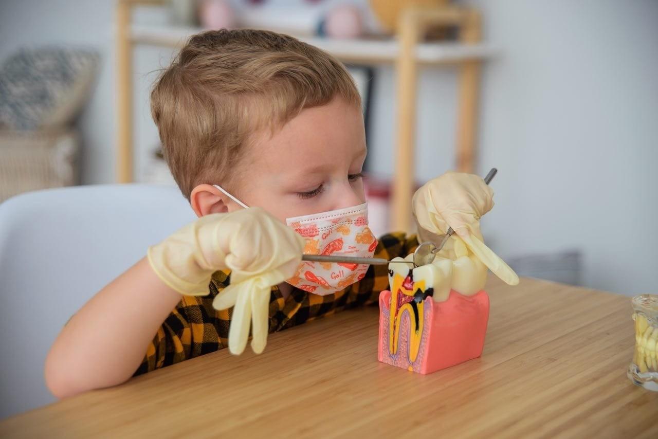 Нужно ли ухаживать за первым зубиком малыша? Отвечает эксперт