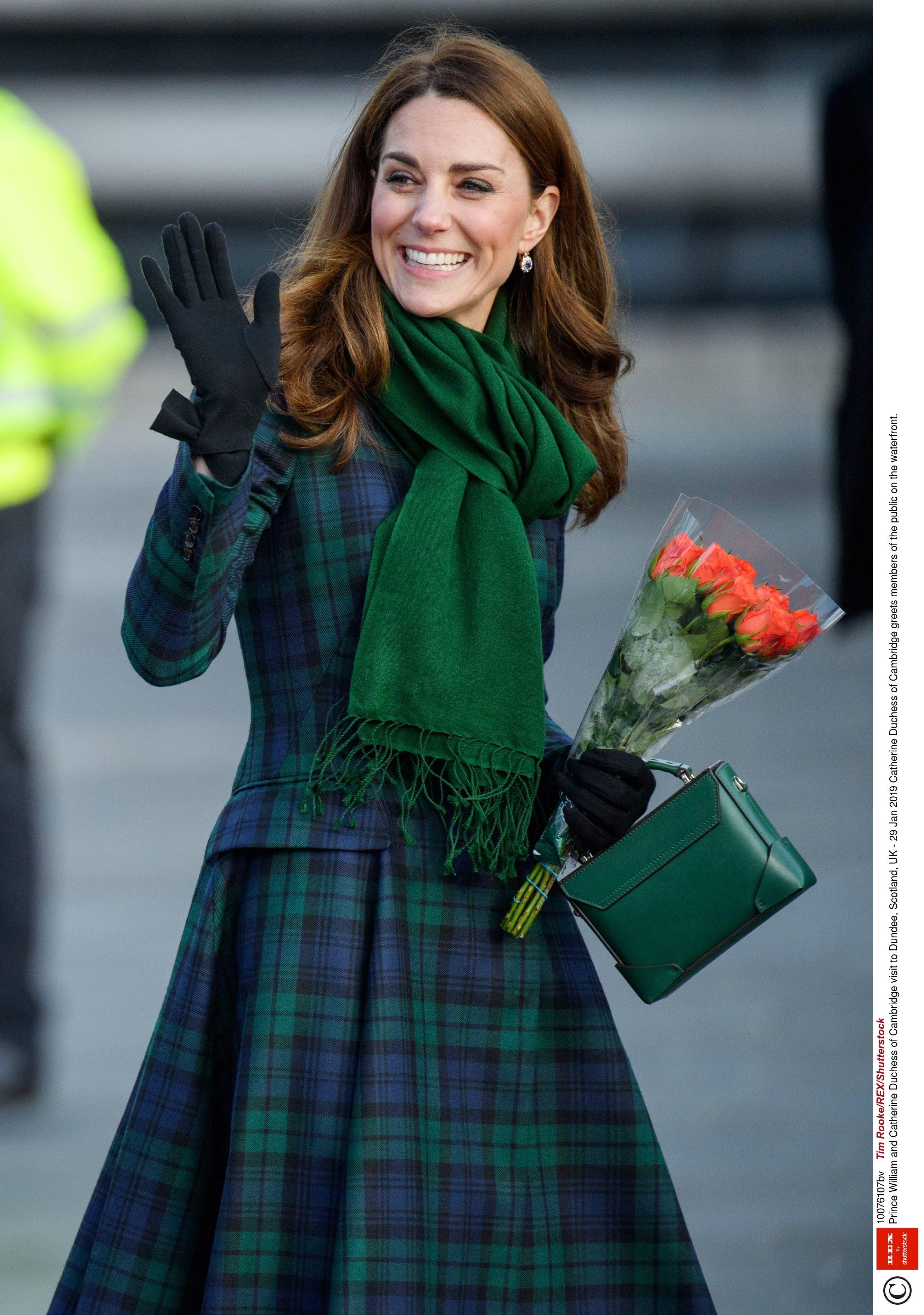 Да-да, вещица с таким странным названием присутствует в косметичке Кейт Миддлтон. Супруга принца Уильяма очищает лицо молочком или гелем на выбор, но ни один бьюти-ритуал не обходится без...