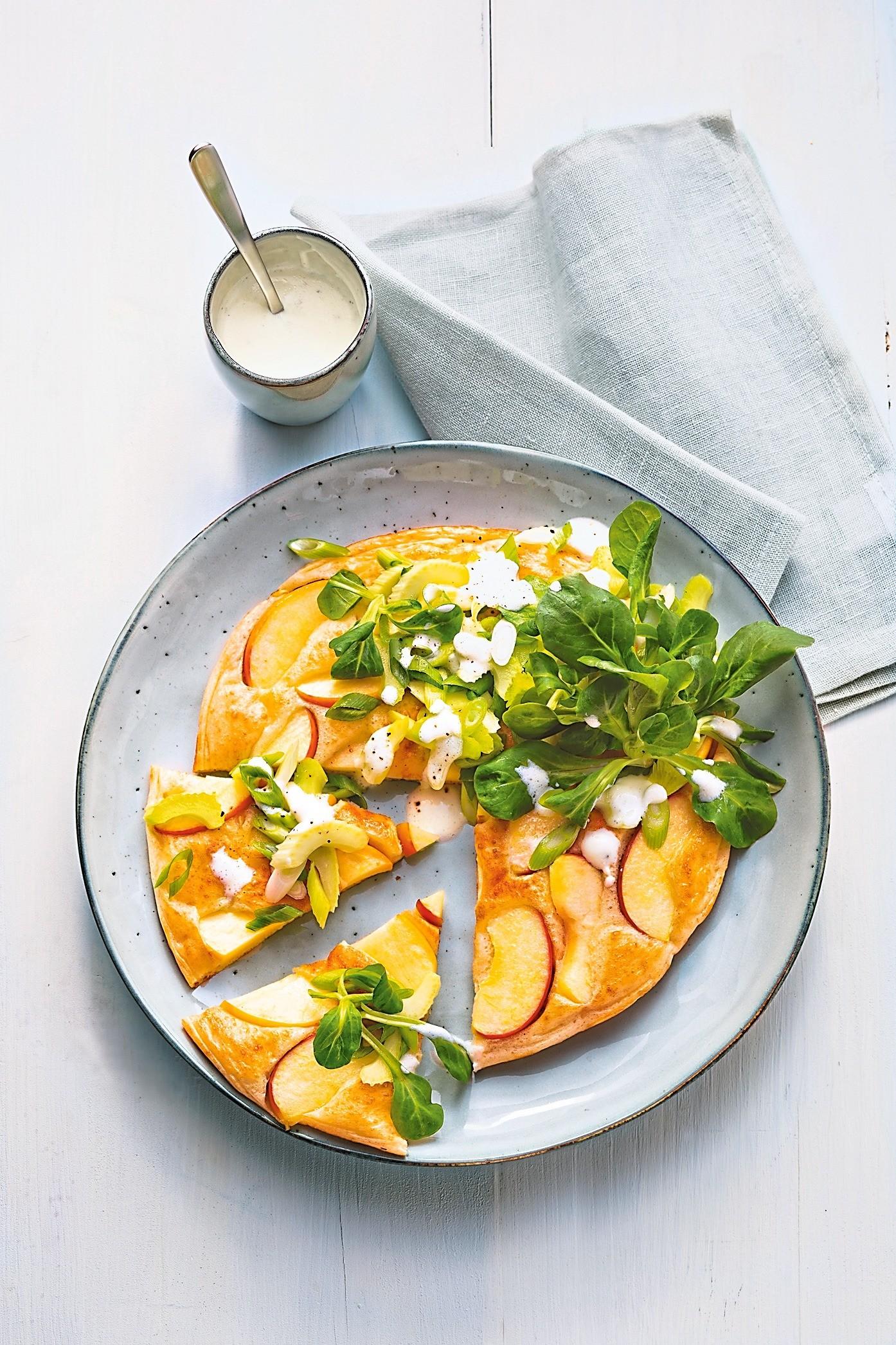 Сытный завтрак: рецепт яблочных оладьев с салатом
