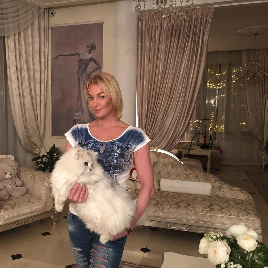 Анастасия Волочкова опубликовала видео, на котором бьет своего бывшего водителя