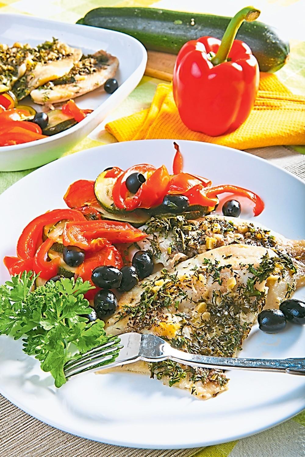 Легкий ужин: рецепт судака с цукини и оливками