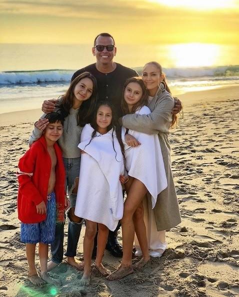 Грядущая свадьба сбейсболистом станет дляДженнифер четвертой. Отпредыдущего брака спевцом Марком Энтони узнойной латиноамериканки двое детей— 11-летние близнецы Макс иЭмме. УРодри...