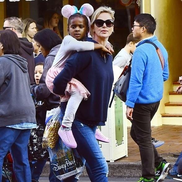 Наследник звезды фильма «Монстр» Шарлиз Терон Джексон Терон любит носить немальчуковые джинсы сфутболками, а лосины, юбки-пачки иблестящие платья встиле диснеевских принцесс. Как бы т...