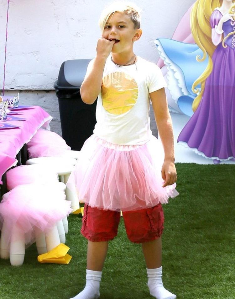 12-летний сын поп-певицы Гвен Стефани имузыканта Гэвина Россдэйла Кингстон всвоем стремлении стать девочкой пошел дальше: он красит ногти врозовый цвет. Правда, его маму это вовсе нер...