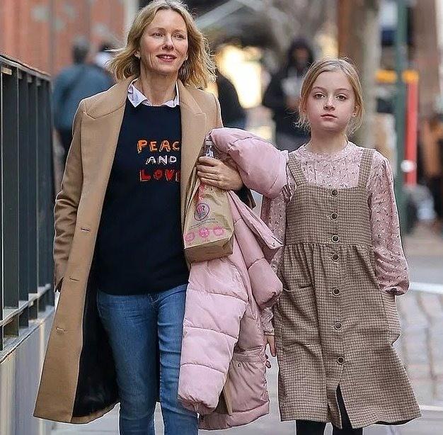 Очаровательная белокурая девочка, гуляющая смамой, звездой фильма «Малхолланд Драйв» Наоми Уоттс, — вовсе неее дочь. Это десятилетний сын знаменитости Сэмюэль, который почему-то предпоч...
