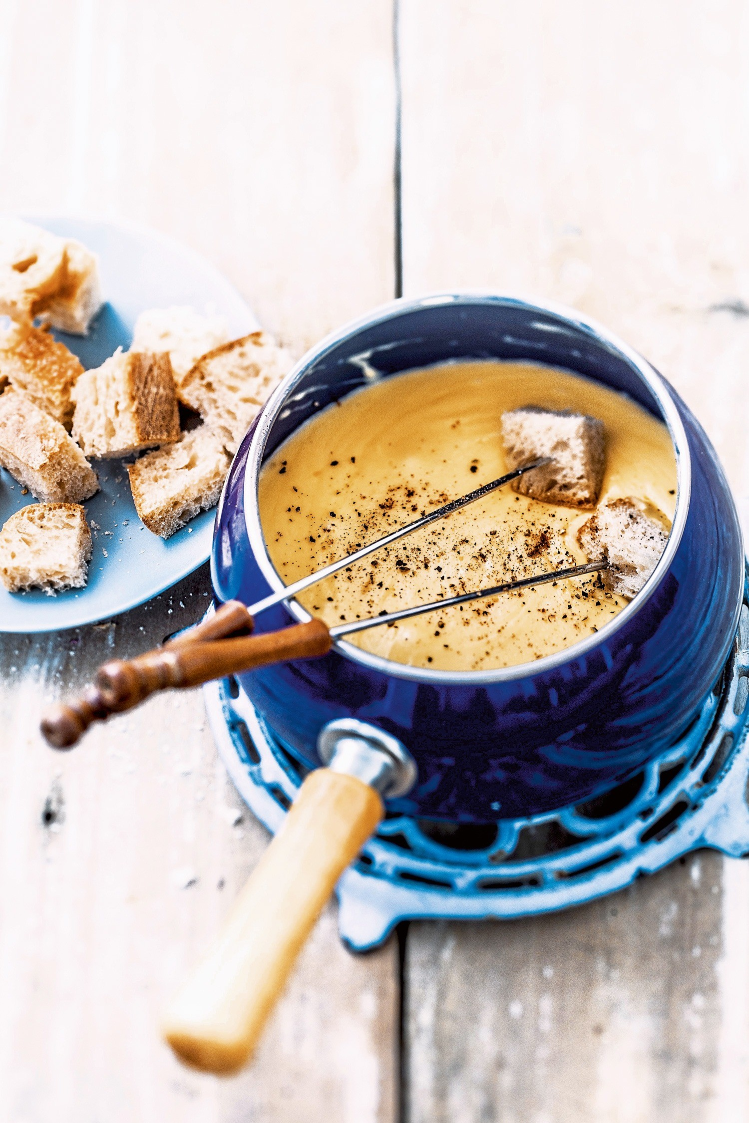 Время расслабиться: рецепт сырного фондю с белым вином